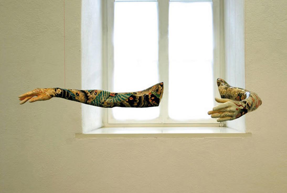 Tattoo (2006) 는 실제 발레리나들의 팔을 본떠서 세라믹으로 만든 작업이다.
