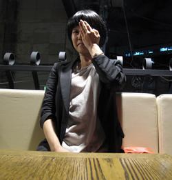 """L'écrivain Kim ae-ran se cachant un oeil pour le projet """"one eye project"""" du designer Ahn Sang-Soo"""